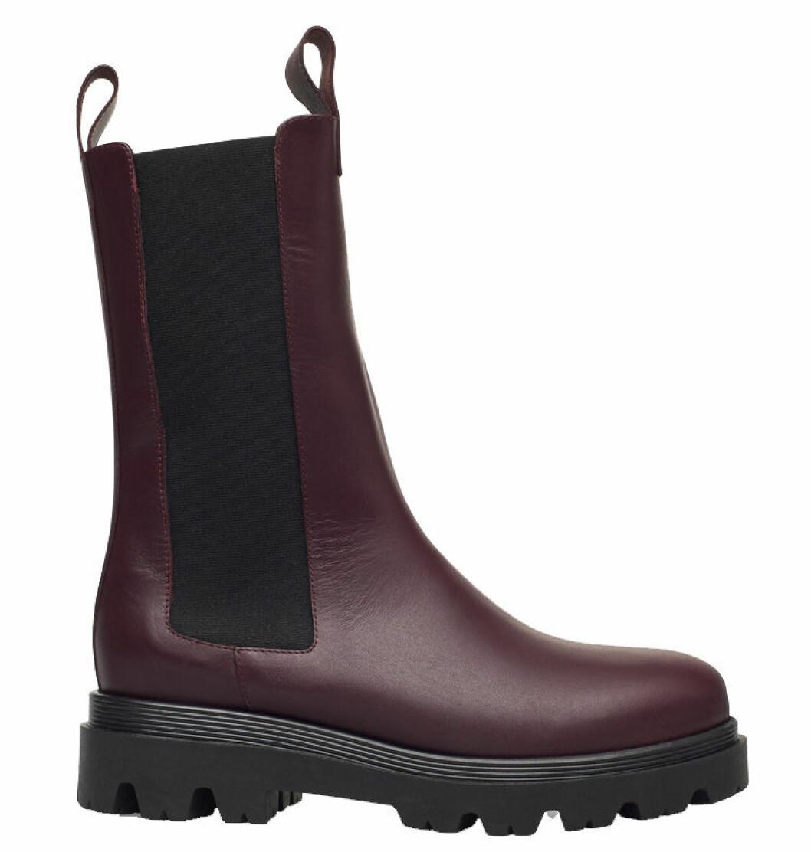 Höga chunky boots i vinröd nyans från Flattered.