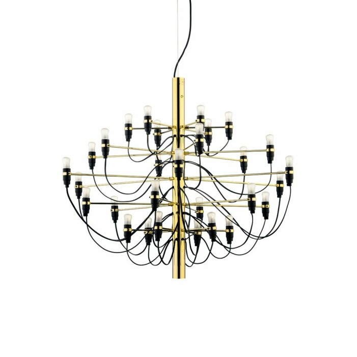Ljuskronan Sarfatti från Flos i mässing är en stilsäker designklassiker
