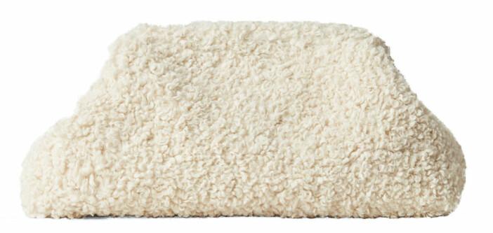 Fluffig clutchväska i vitt från Cos