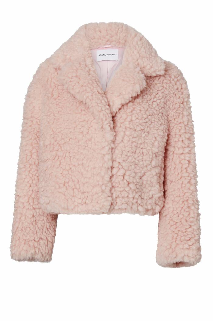 Fluffig rosa jacka från Stand studio i croppad modell.