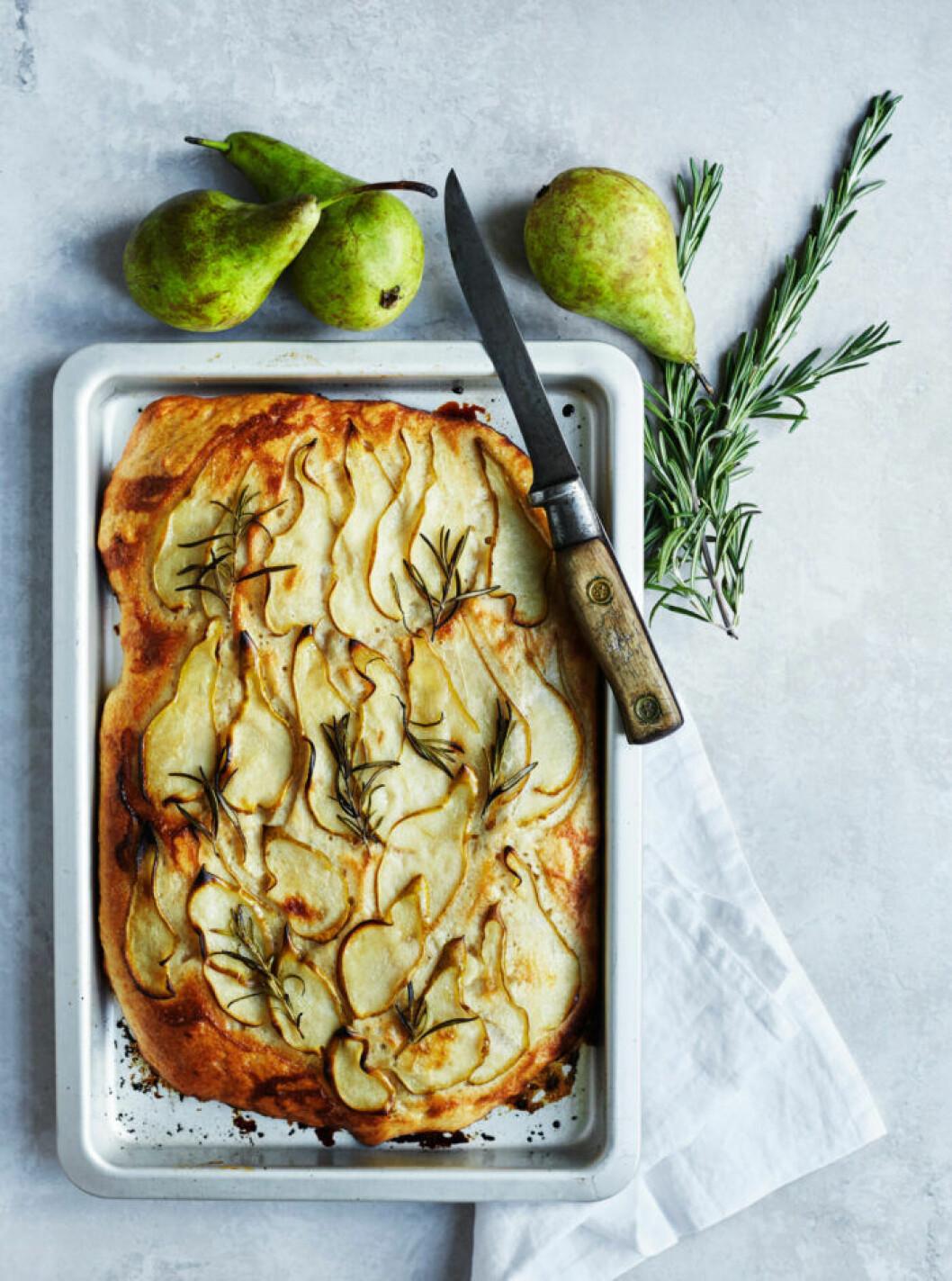 Recept på focaccia med päron och rosmarin