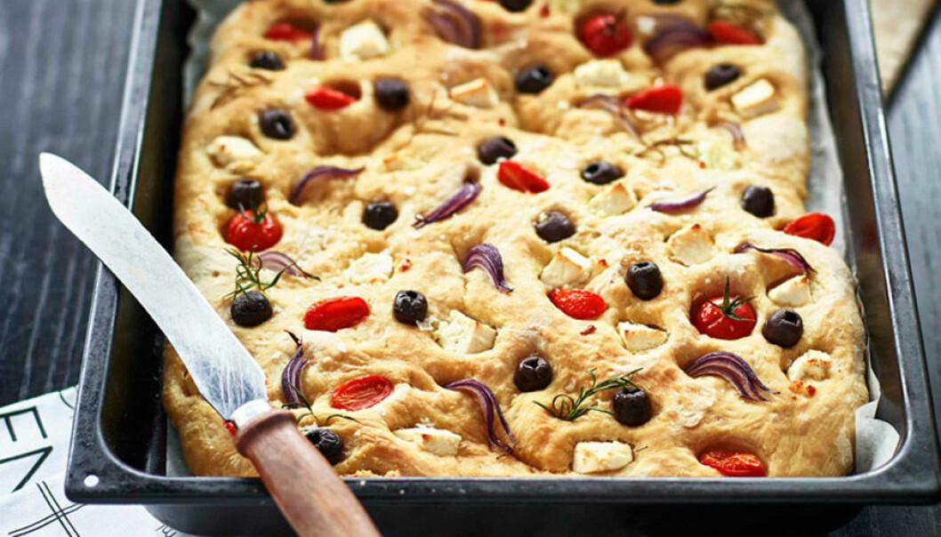 Focaccia med oliver, fetaost och tomater.