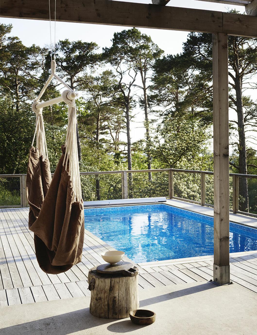 Mysig hängstol från Granit vid pool från Folkpool