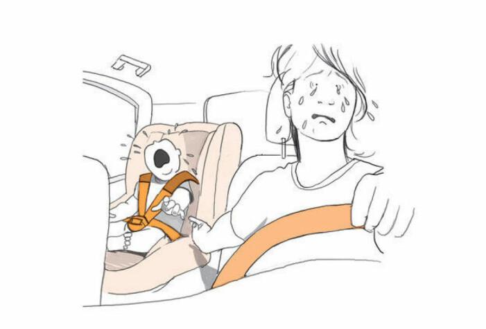 Förälder som kör bil och samtidigt försöker trösta ett ledset barn i baksäktet