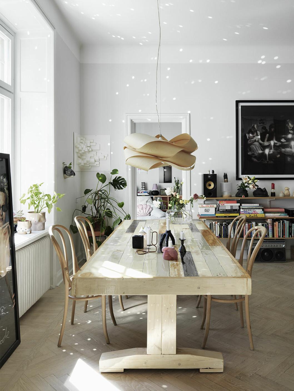 Stort matbord i trä med sommarkänsla och solkatter