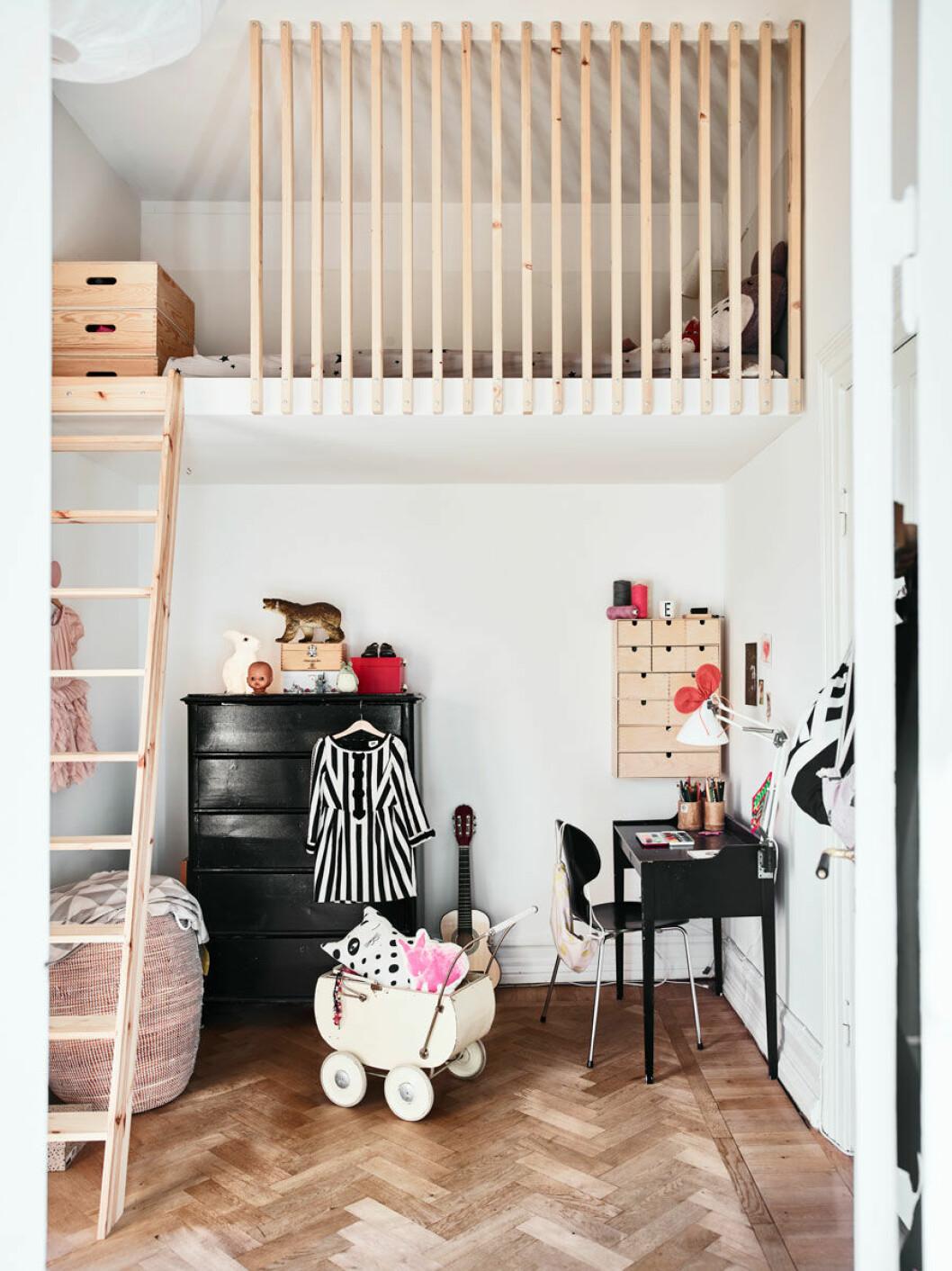 Platsbyggd loftsäng i barnrum skapar plats för lek
