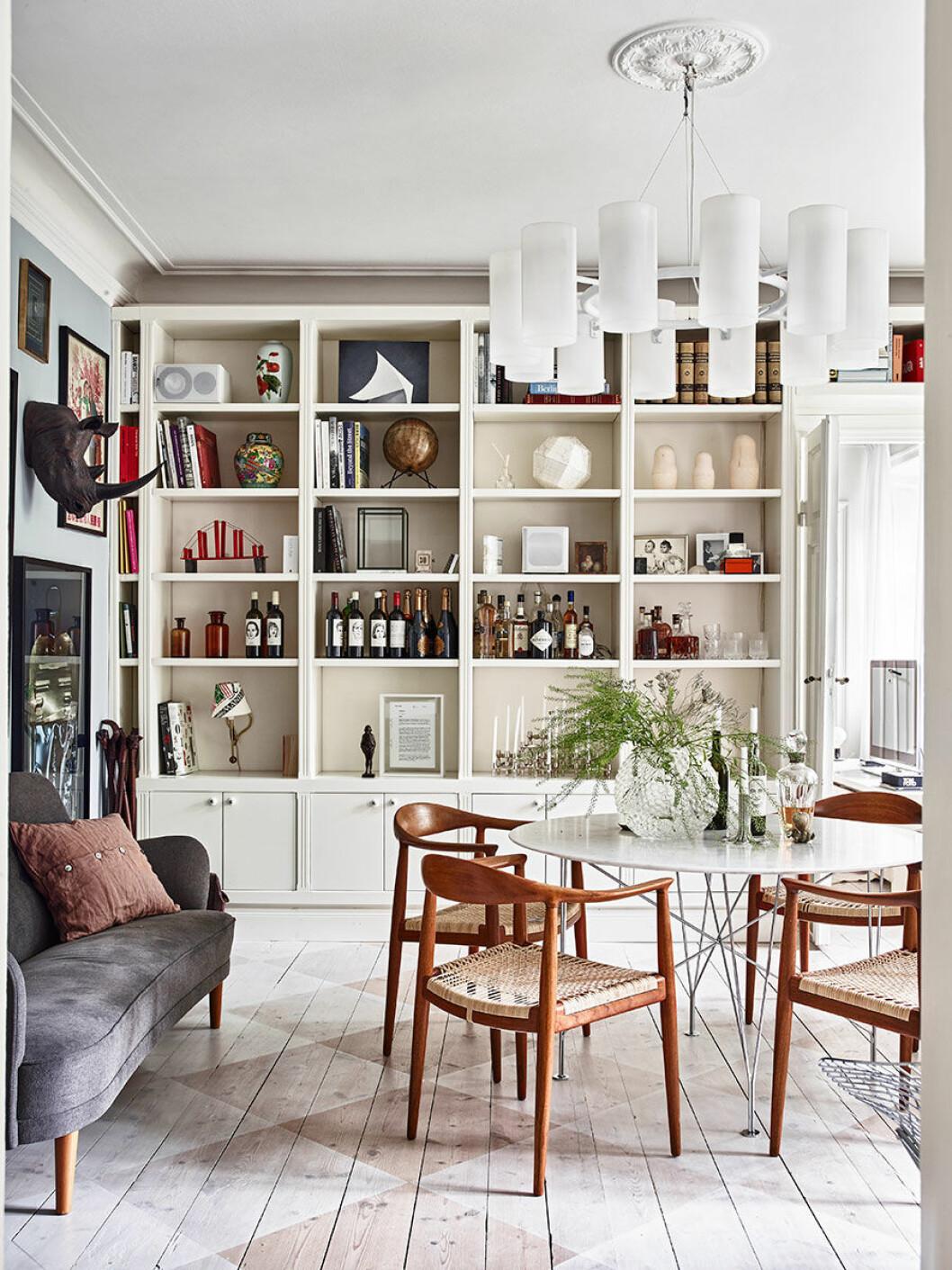 Matplats och vardagsrum med platsbyggd bokhylla
