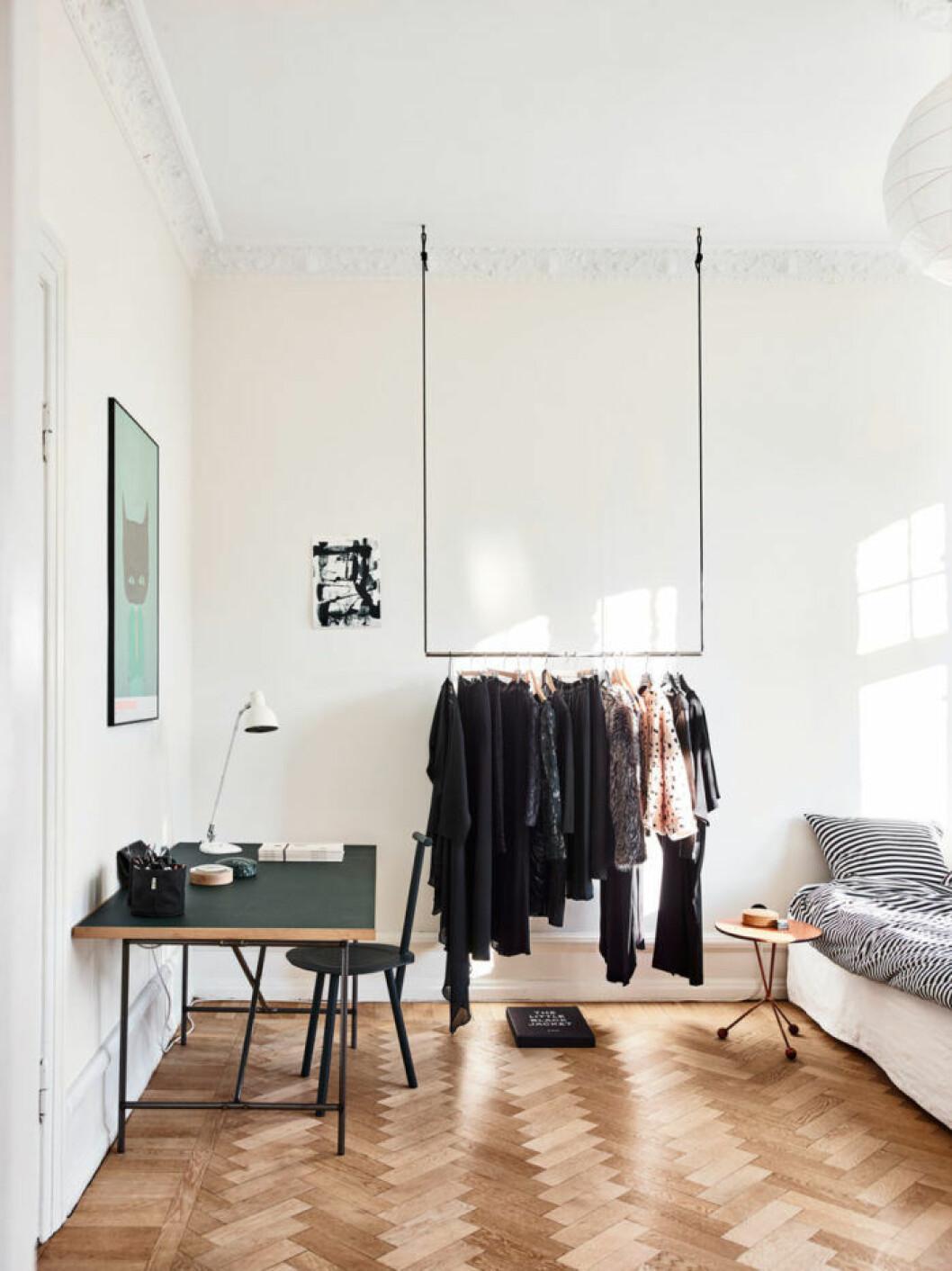 Öppen förvaring för kläder i avskalat sovrum