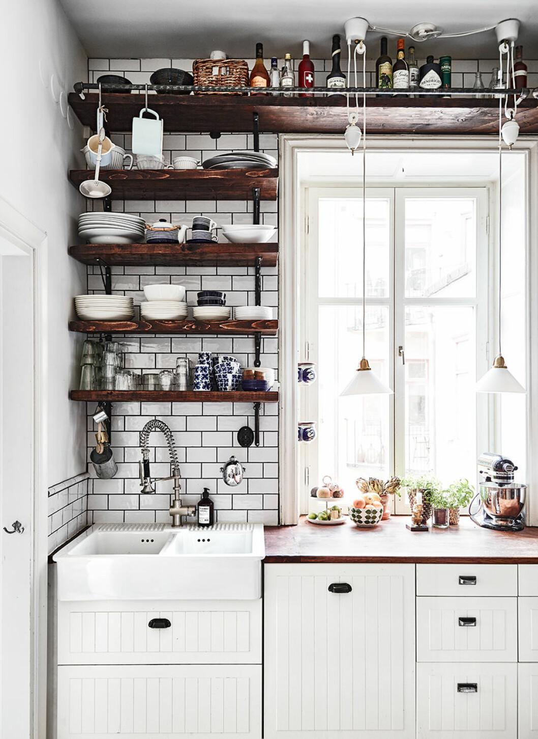 Öppen förvaring i kök från diskbänk till tak
