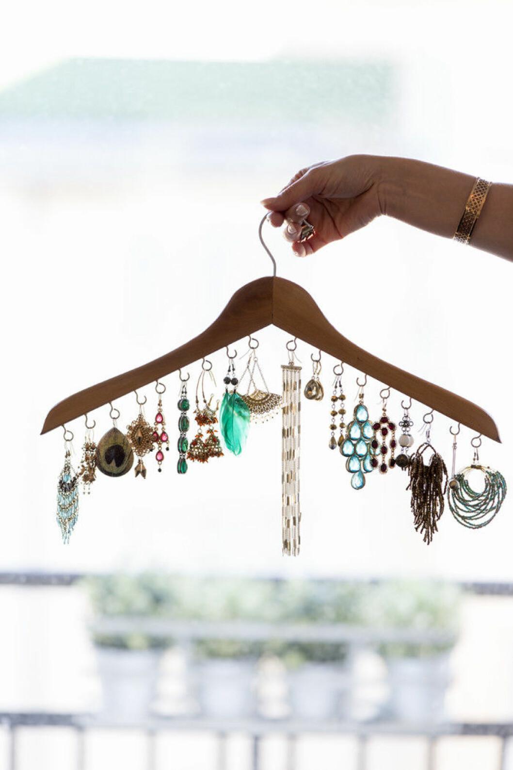 Galge med krokar på som förvarar smycken