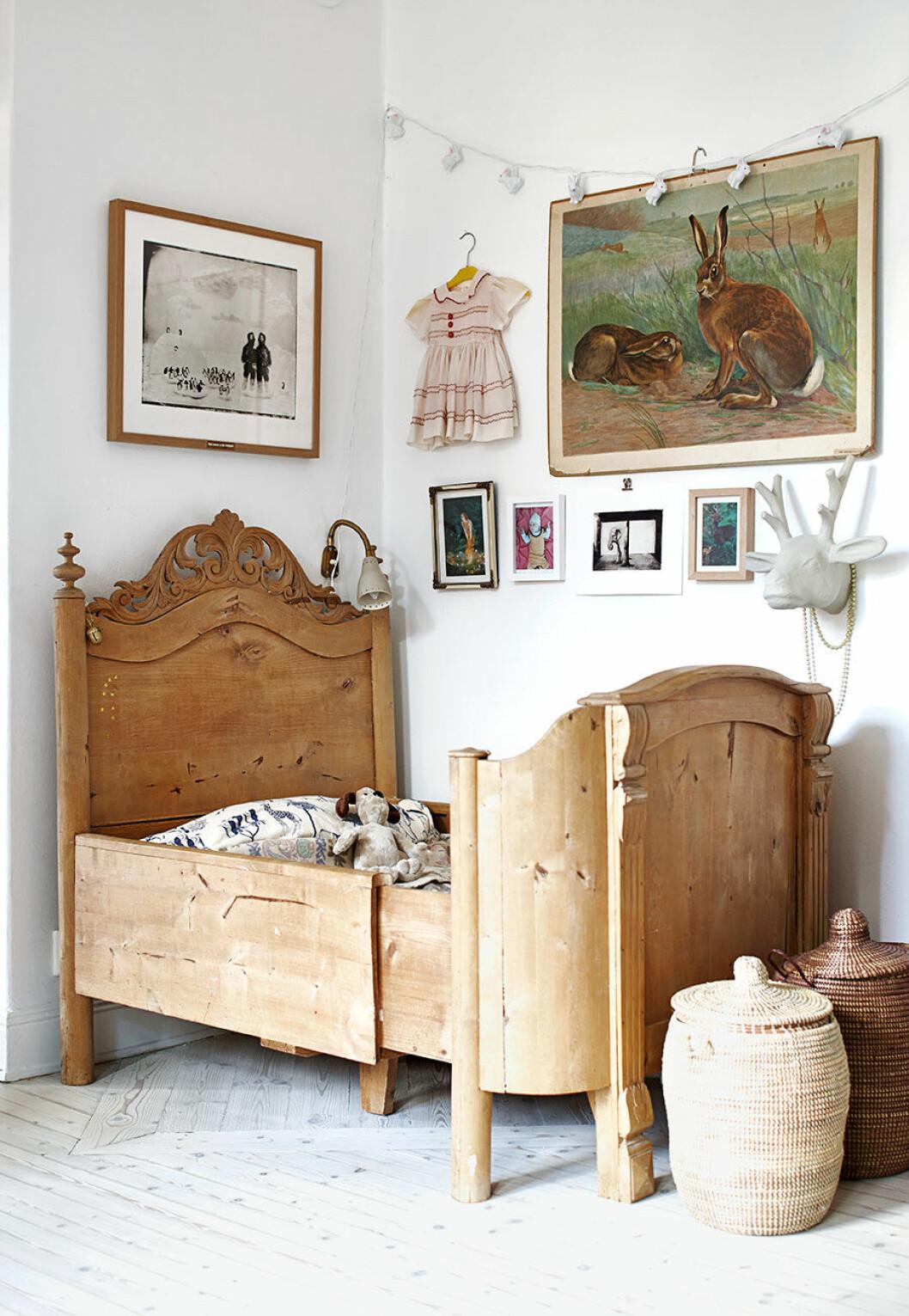 Barnrum med säng i trä