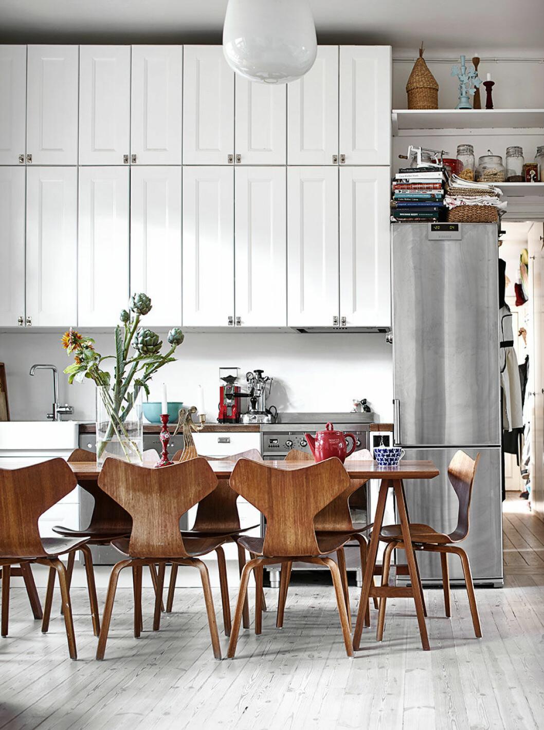 Vit, platsbyggd förvaring i köket