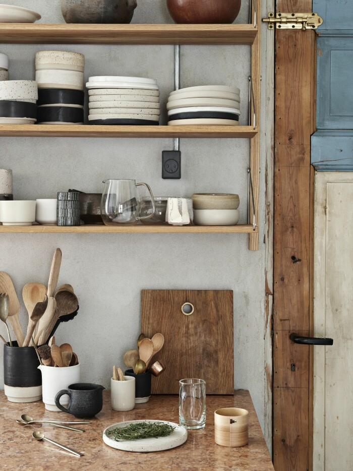 Frama Köpenhamn ELLE Decoration hemma hos Christophersen köket hylla keramik