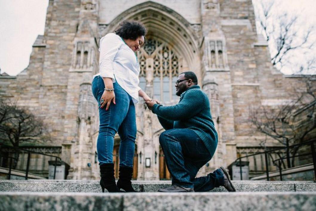 Man och fru förlovar sig framför en kyrka.