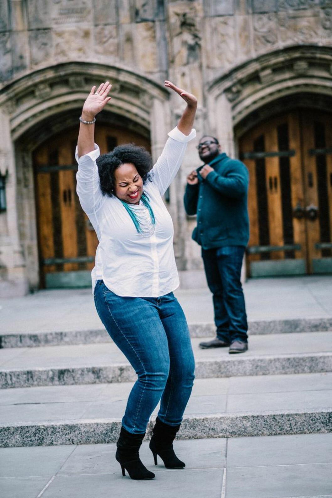 Kvinna som dansar på ett torg.