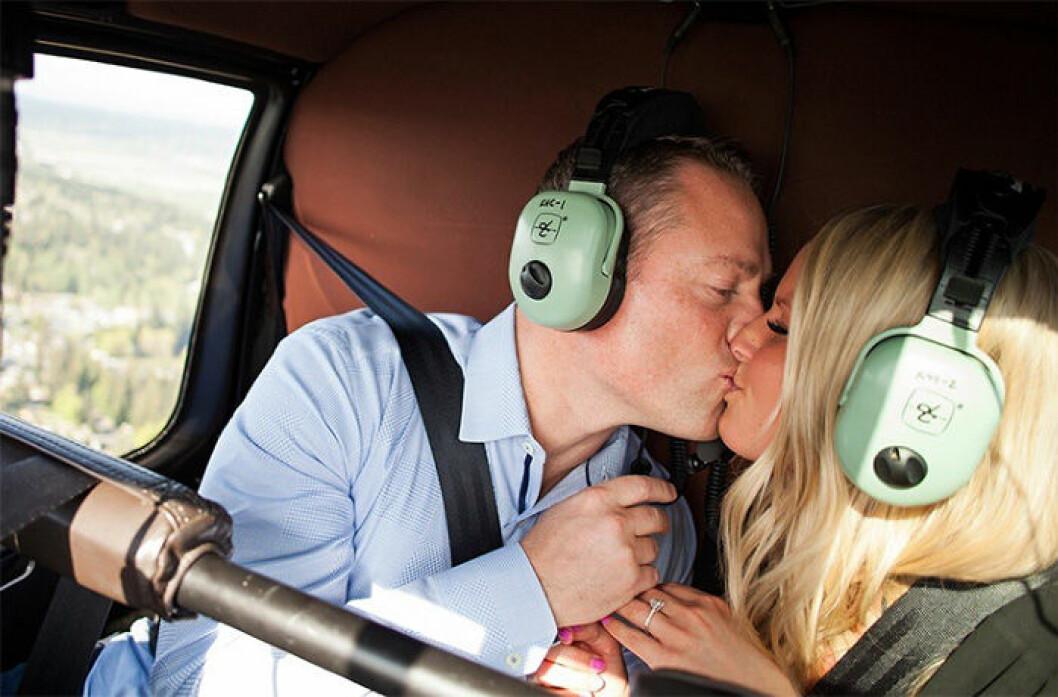 Par som förlovar sig i en helikopter.