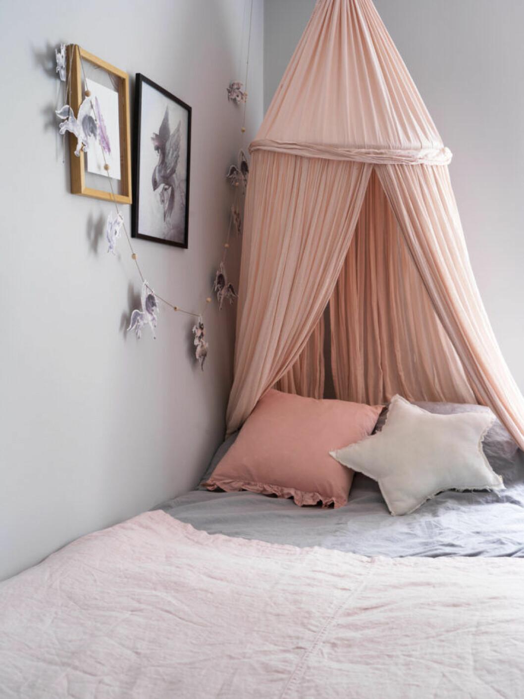 Ljusrosa och grått i barnrummet hos Frida Fahrman