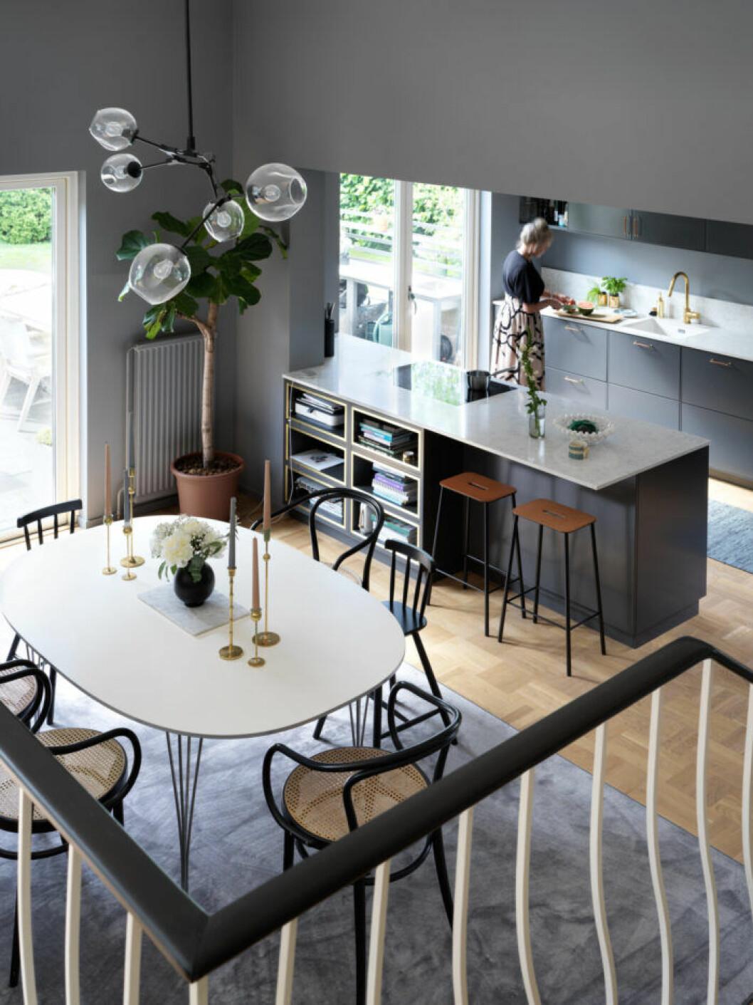 Matplats och köket som går i gråa toner hos Frida Fahrman