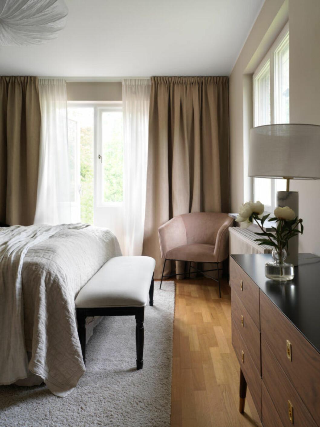 Sovrum i bruna toner hos Frida Fahrman
