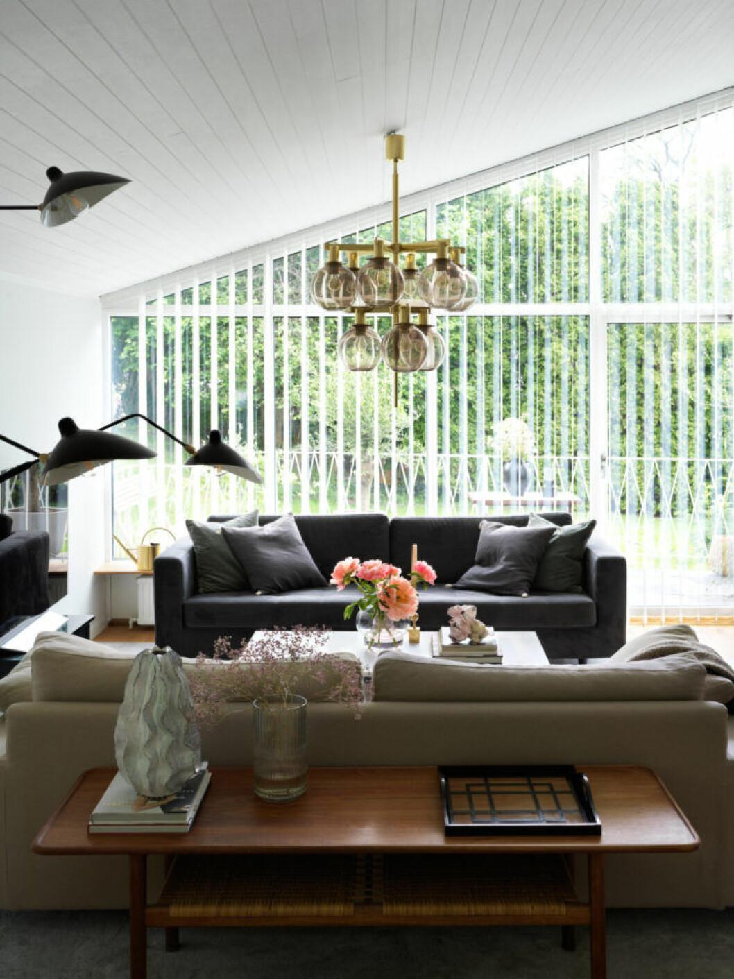 Vardagsrum i svarta och gråa textilier hos Frida Fahrman