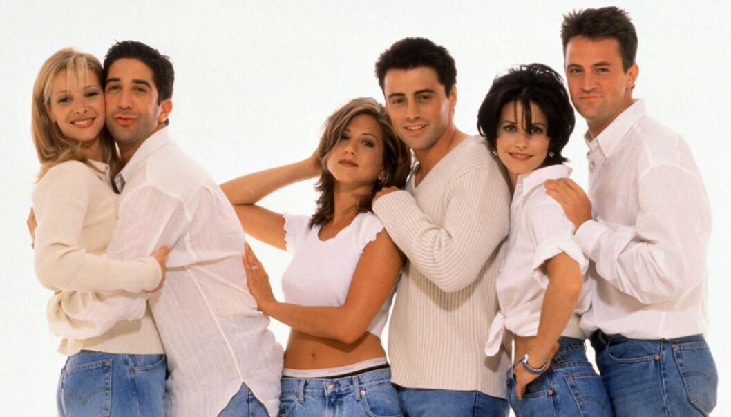 Vänner, alla skådespelare klädda i vitt och jeans