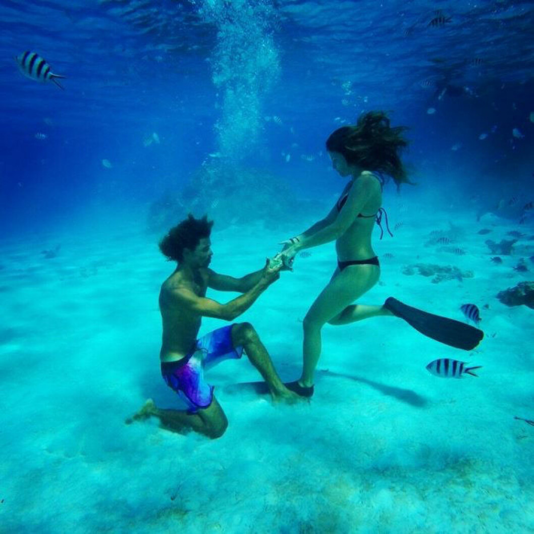 man som friar under vattnet.