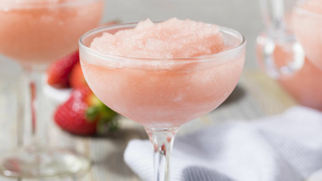 Svalka dig med ett glas frosé i sommar! Foto: IBL