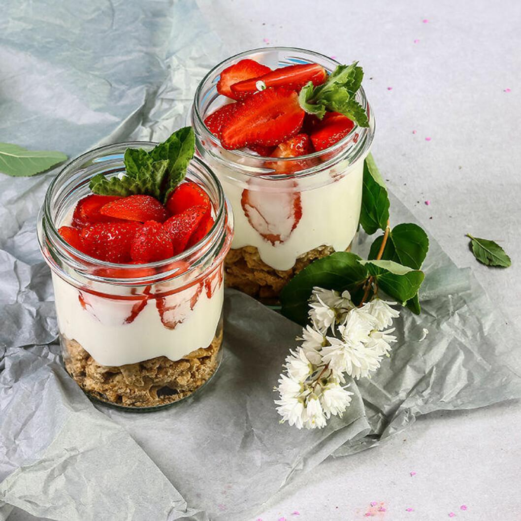 Somrig frukost trifle med jordgubbar