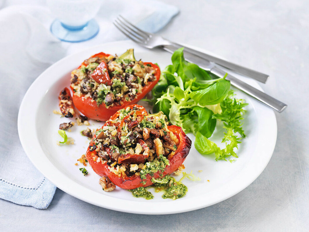 Fyllda paprikor med svamp, nötter och tomater.