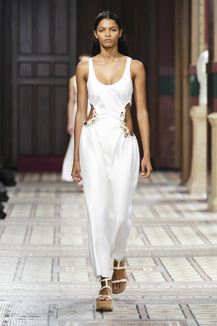 Cut-out på klänning hos Hearst stor trend våren 2021