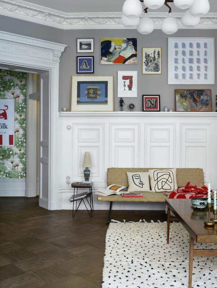 Hemma hos Gabriella Gullberg Stockholm tavelvägg soffa vardagsrum