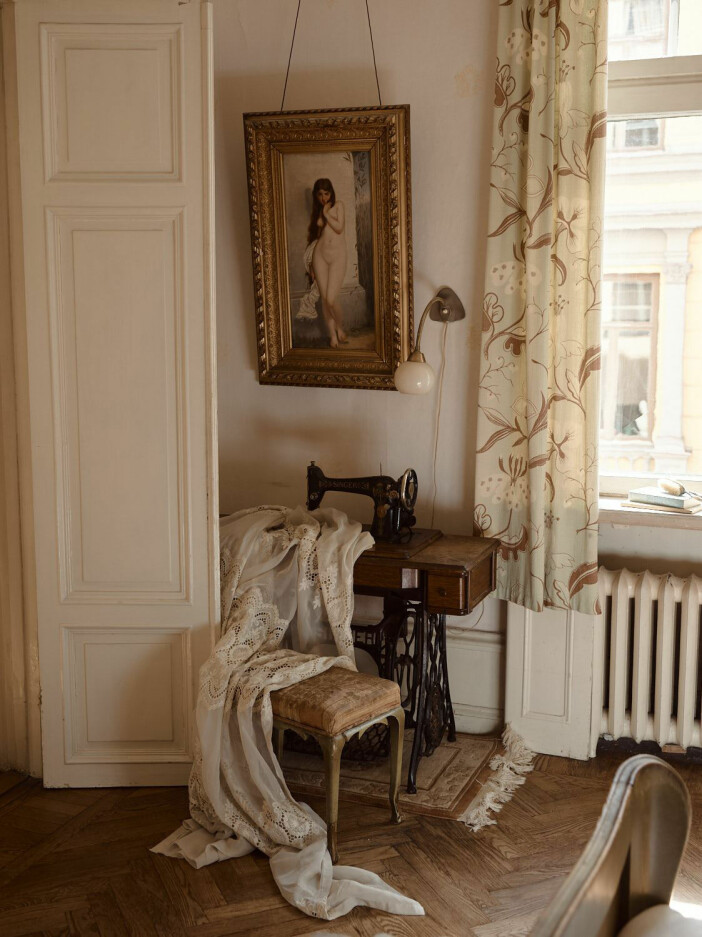 gammal singer symaskin i sovrummet