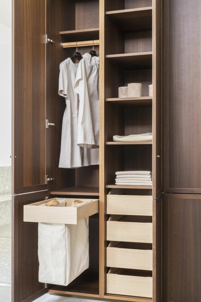 garderob i mörkt trä med smart planerad inredning från kvänum