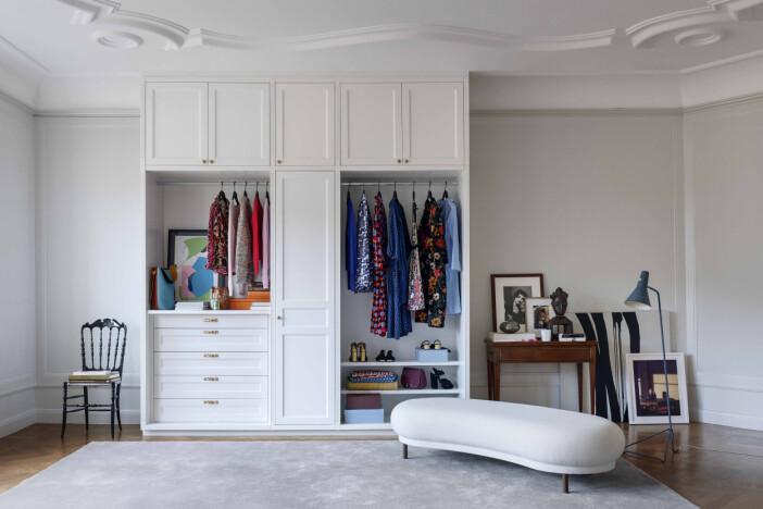 Garderob med både öppen och sluten förvaring från New Day Interior