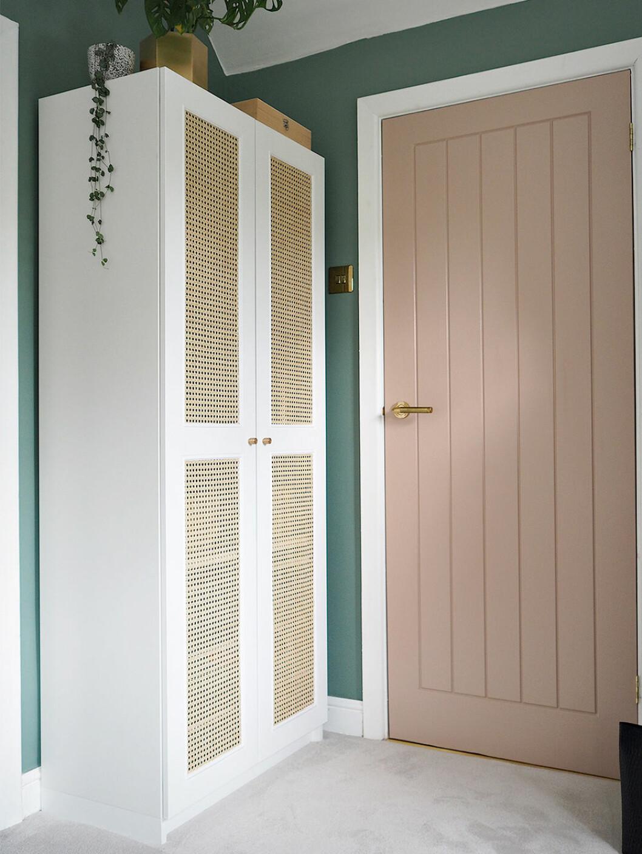 Garderob med dörrar med rottingväv gjorda av Lustliving