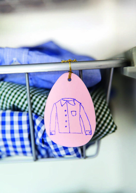 Skylt med en skjorta på som visar var i garderoben skjortor ska ligga