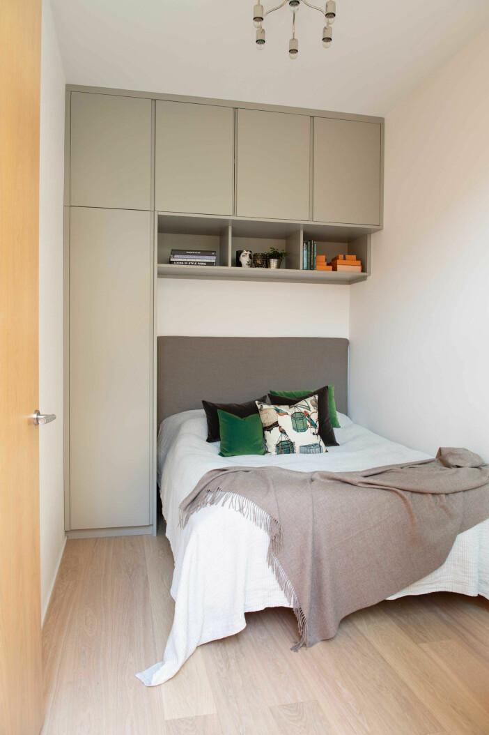 garderobslösning i ett litet sovrum
