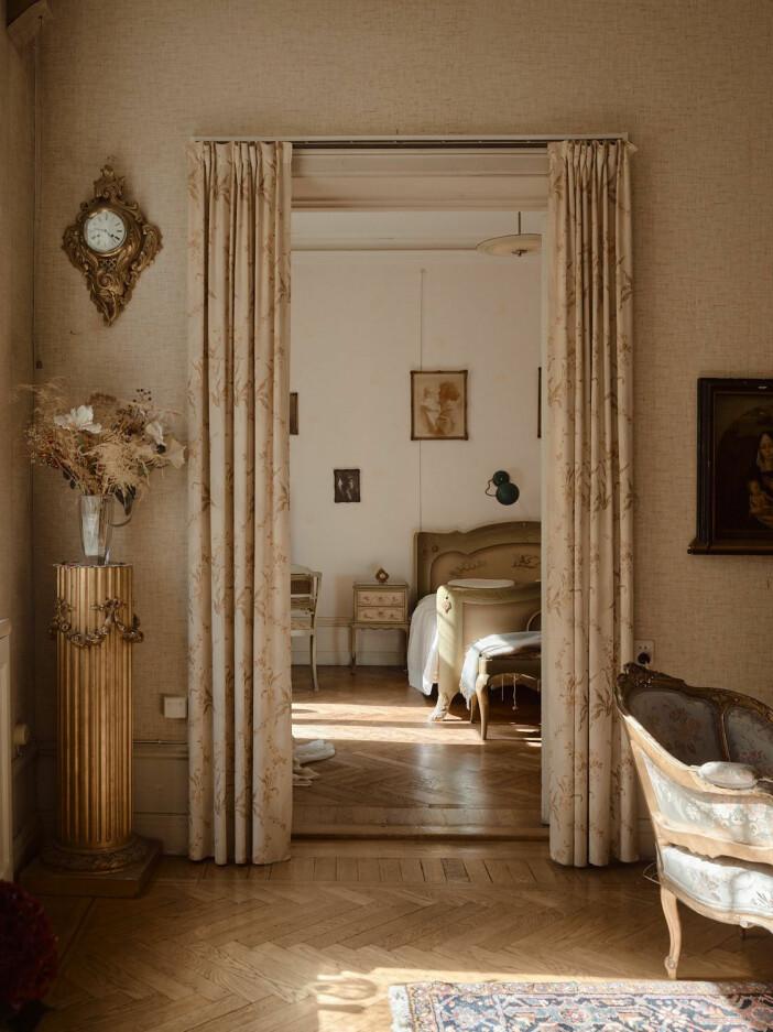 gardinklädd dörröppning leder från salong till sovrum