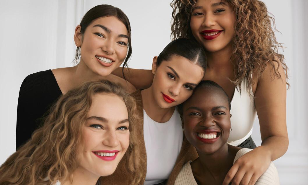 Selena Gomez och modeller med Rare beauty
