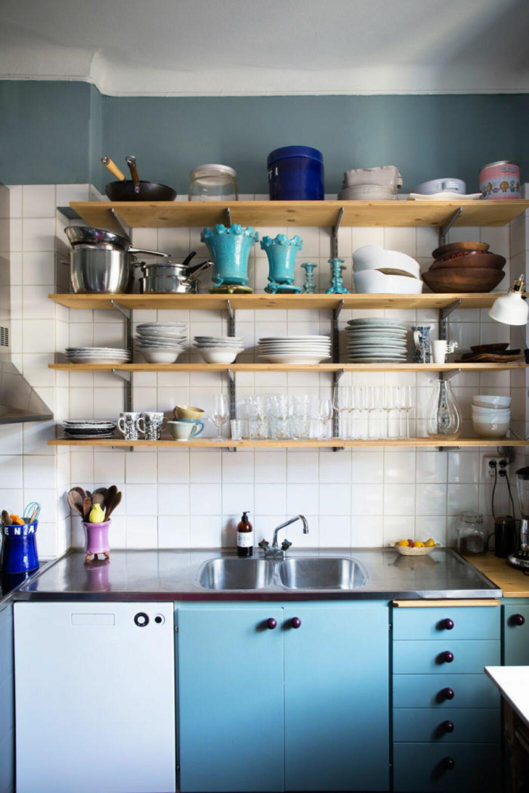 Kök med olika nyanser av blått