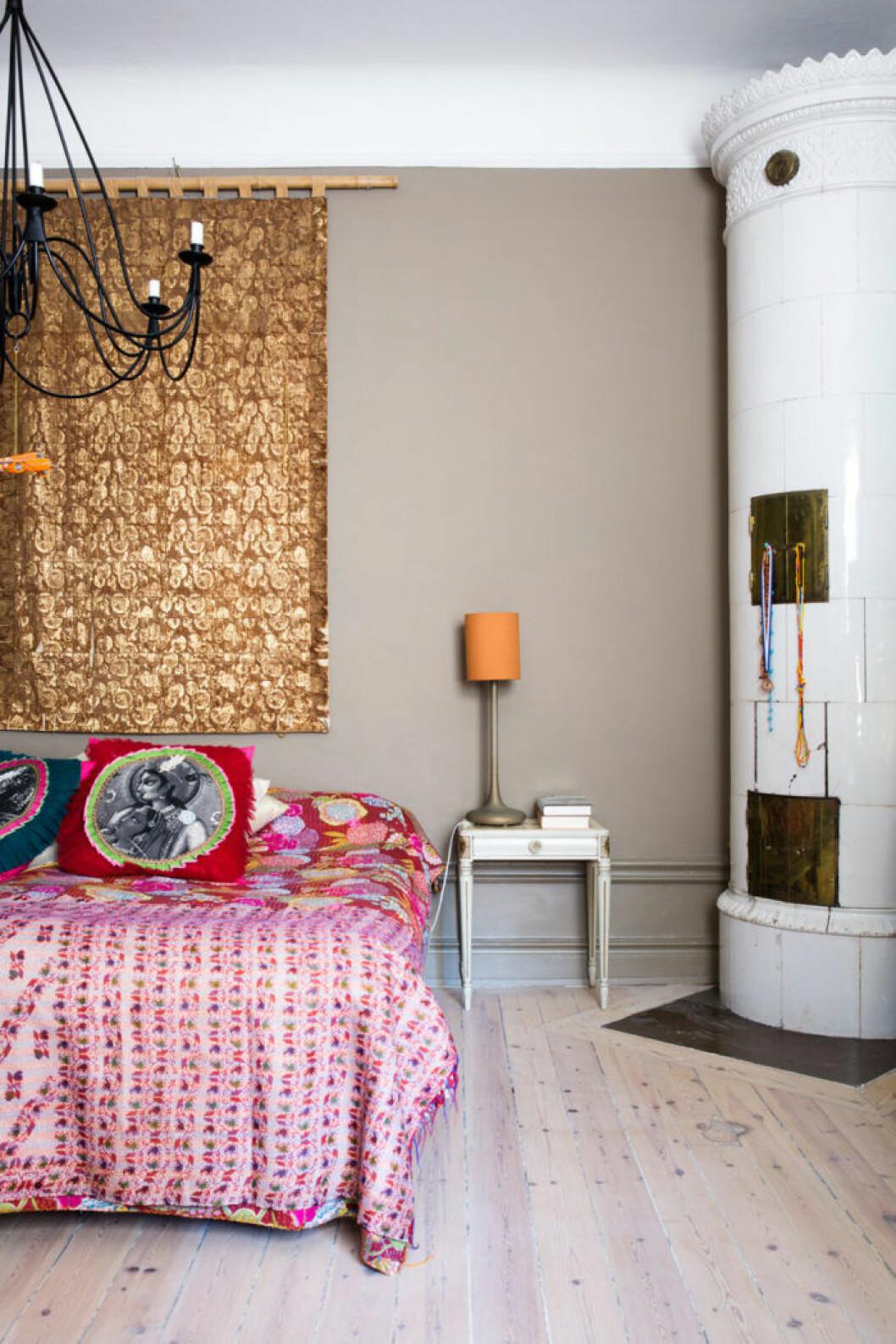 Stämningsfullt sovrum med öppen spis