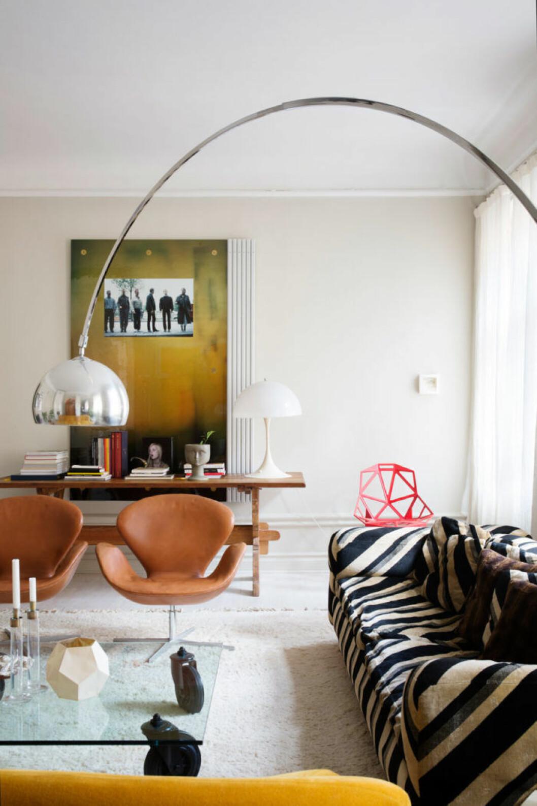 Mönstrad soffa och unika inredningsdetaljer
