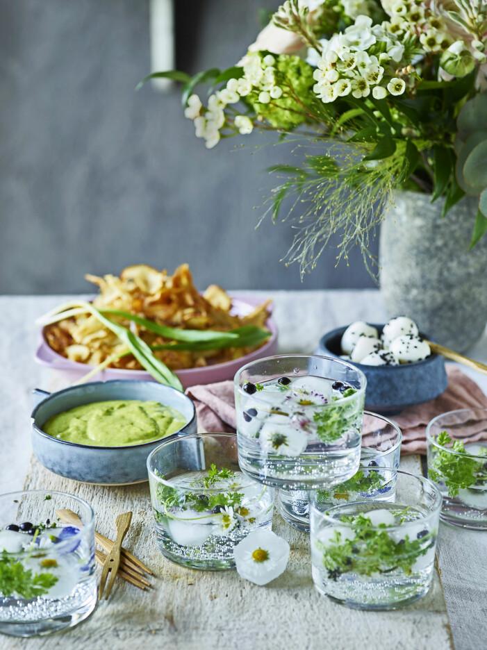 Bjud på gin och tonic med blommiga istärningar