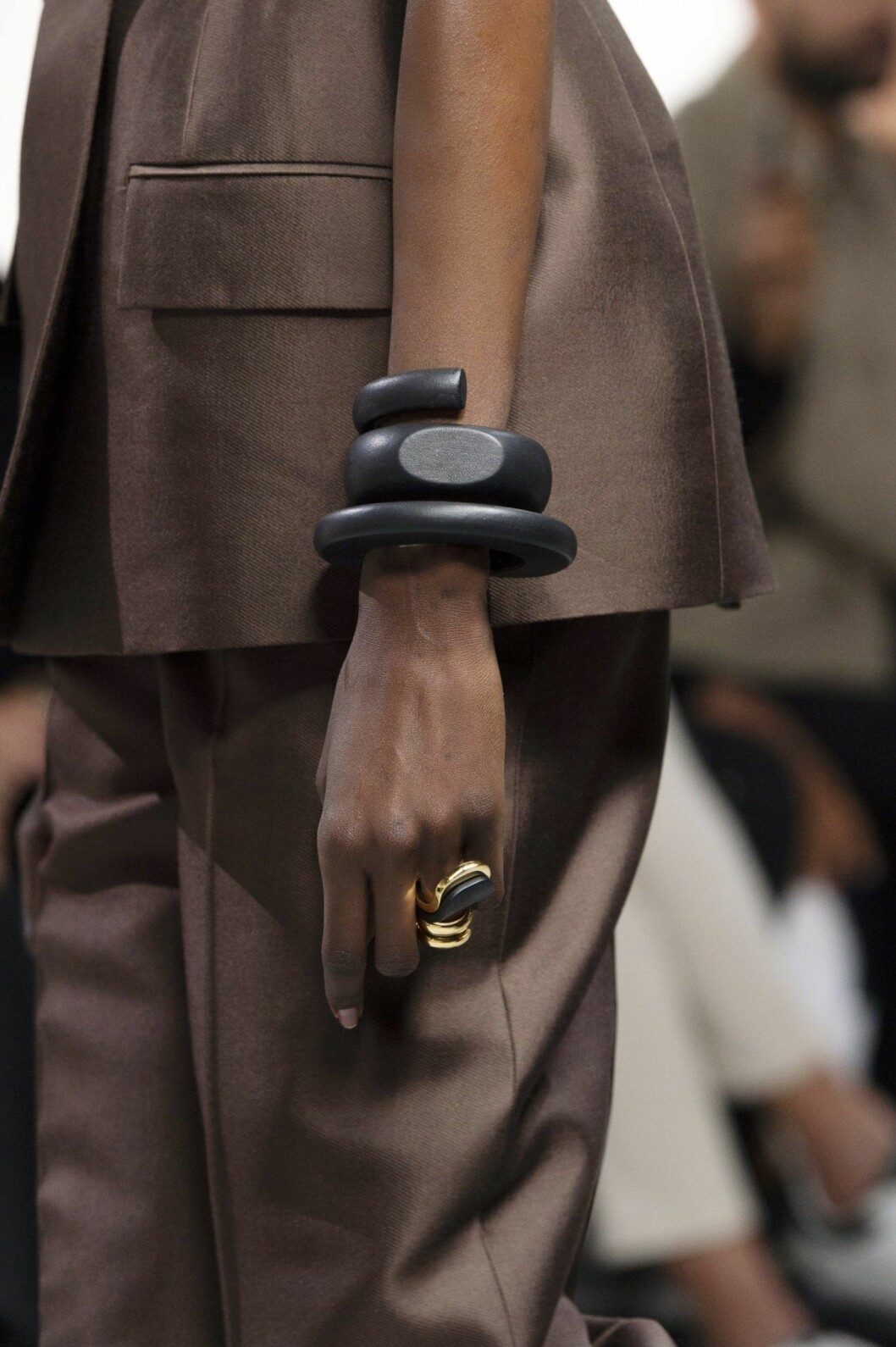 Stora grafiska armband höjder din vårlook