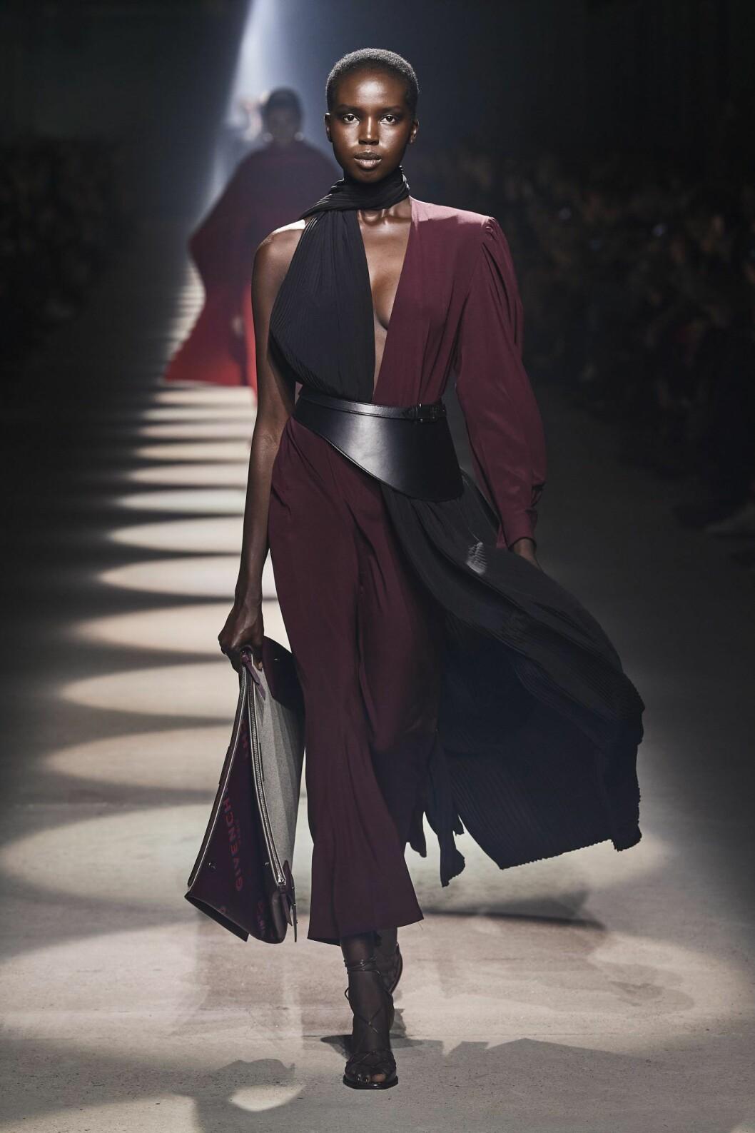 Festklänningen med det lilla extra hos Givenchy.