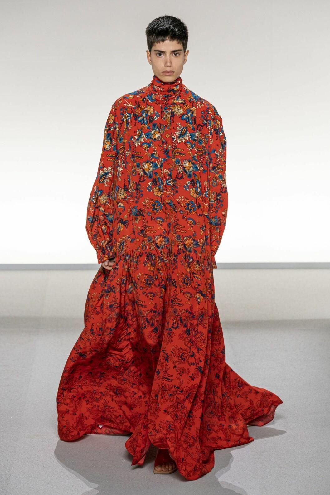 Mönstrad långklänning på Givenchys vår-och sommarvisning 2020