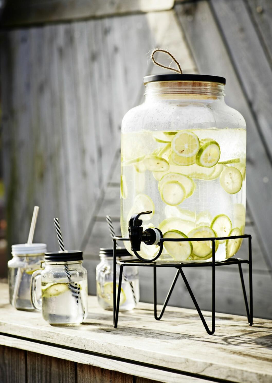 Glasdunk med limevatten i