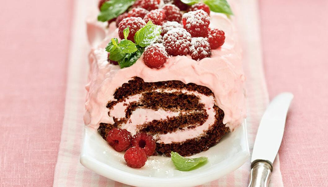 Glassrulltårta med färska bär.