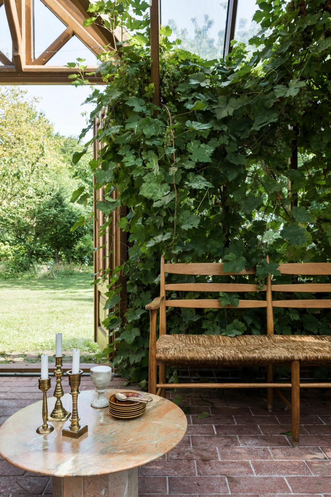 Hemma hos Fredrika Artndeco trädgårdsoffa glasveranda