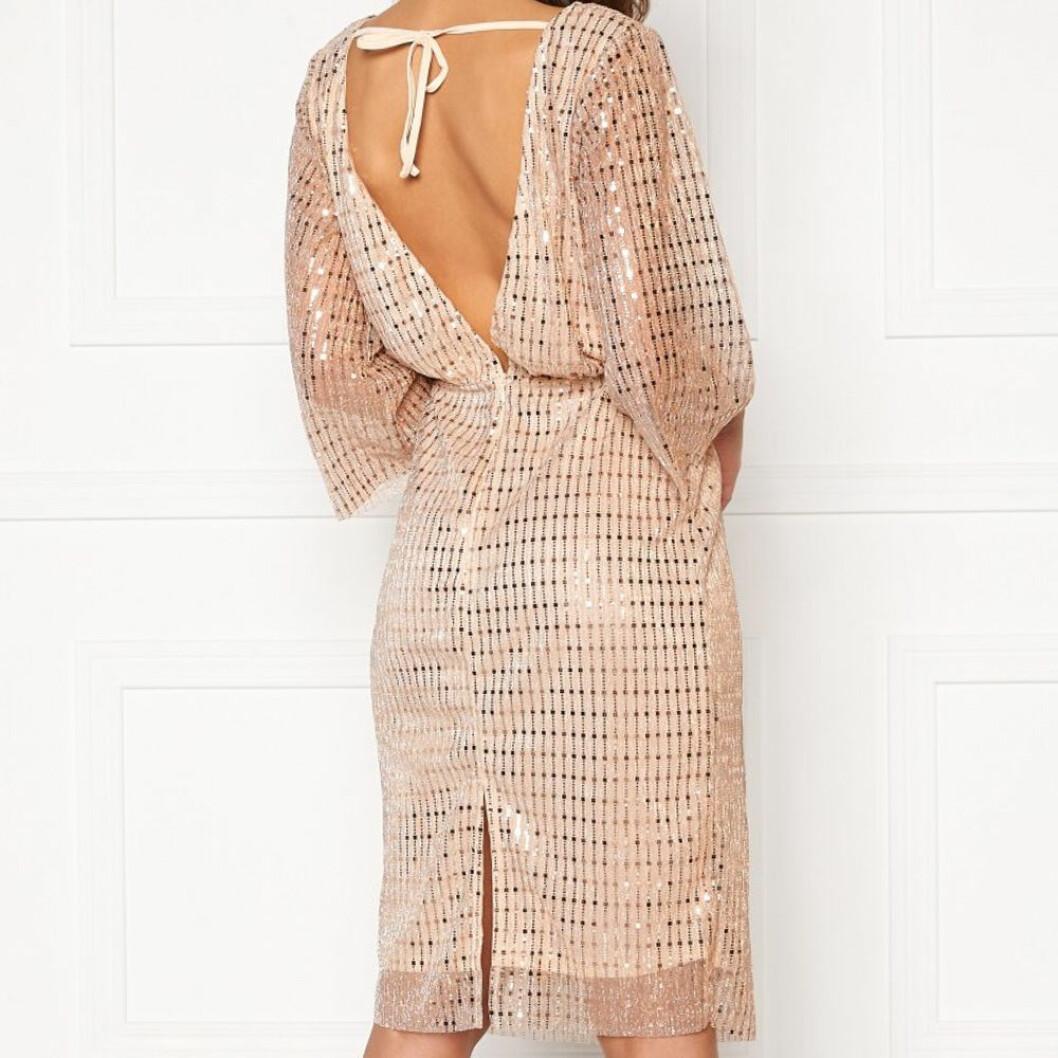 Glittrig klänning med djup rygg